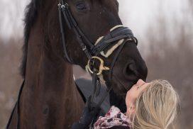 junge Frau mit ihrem Pferd